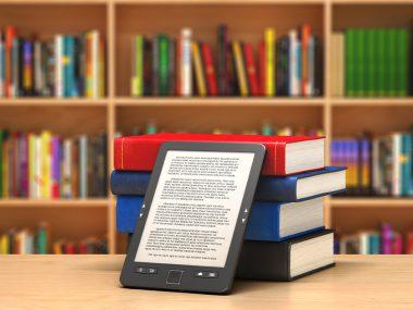 E-knjige i stampane knjige na stolu